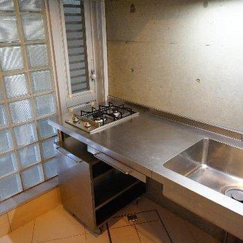 キッチンはステンレスのカッコ良いもので、使い勝手も◎※写真は前回募集時のものです
