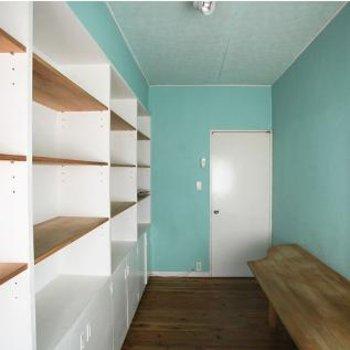 ここはスカイブルーお部屋というよりスットクルームになりそうです。
