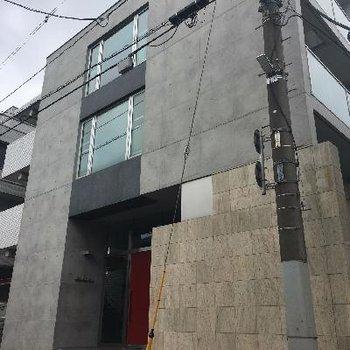 住宅街の中にあるデザイナーズマンション
