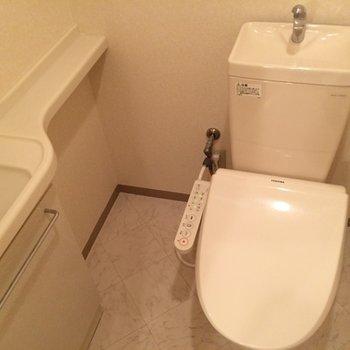 コンパクトなお手洗い付きのおトイレ