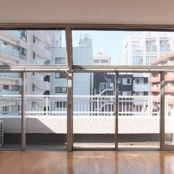 窓を正面から。半外部空間。*お部屋は別部屋です