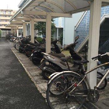 自転車置場は屋根付きです