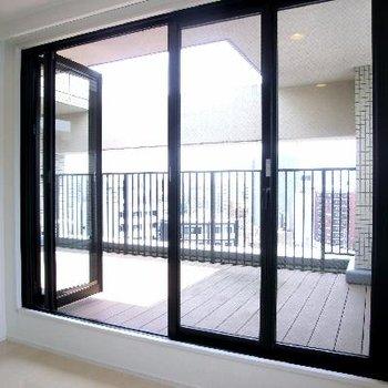窓は全面オープンに!アコーディオン式の網戸付きです。