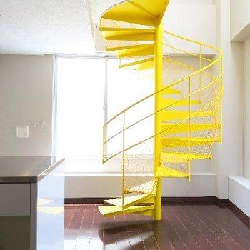 君臨するイエローの螺旋階段。