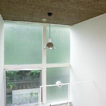 天井は麦わらボード。