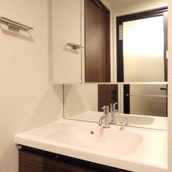 洗面台は広くて便利。※この写真は別部屋です。