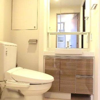 洗面台・トイレは併設。トイレ上の棚が嬉しい。