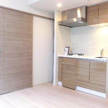 扉とキッチンの統一感♪この雰囲気すきです。