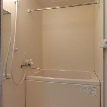 浴室乾燥機があるので雨の日の洗濯物も安心!*写真は別部屋です。