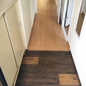 玄関の足元はヴィンテージ加工
