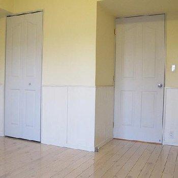 さて、どちらがキッチンに続くドアでしょう?※写真は別部屋