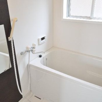 お風呂の窓も大きく明るさと換気はバッチリ