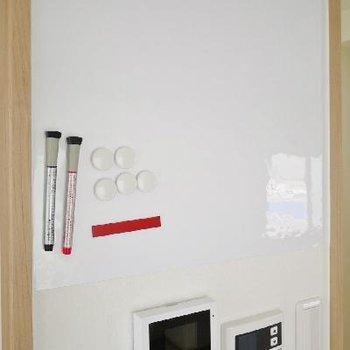 キッチン横の壁にはマーカーで伝言やメモを書けるスペースが!これは便利☆