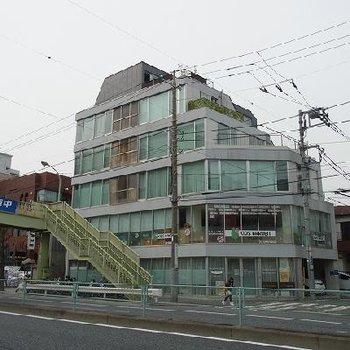 交差点の角に建つデザイナーズマンションです