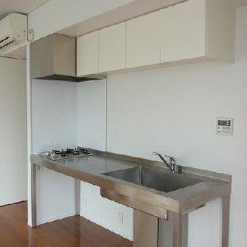 キッチンはシンプルなステンレス※写真は別部屋