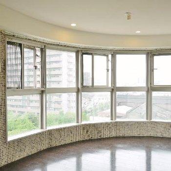 曲線を生かして一面窓にすることで遮光を沢山取り込む