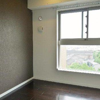 重厚感のあるお部屋に窓から光が差し込む