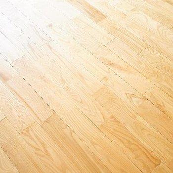 床はヤマグリの無垢材です♪