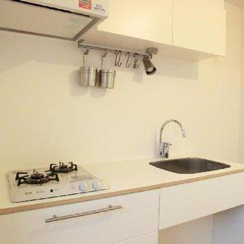 キッチンは2口ガスコンロ、TOMOSオリジナルです※写真はイメージです