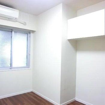 こちらは小さい方の洋室。
