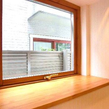 キッチンサイドは大きな出窓♪