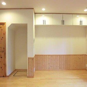 この凹みは冷蔵庫用。上部の棚は踏み台が必要です。