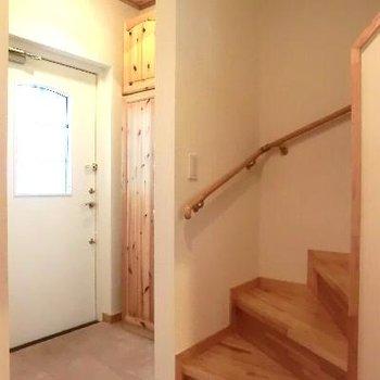 玄関も天井が高く、優しい風合い。