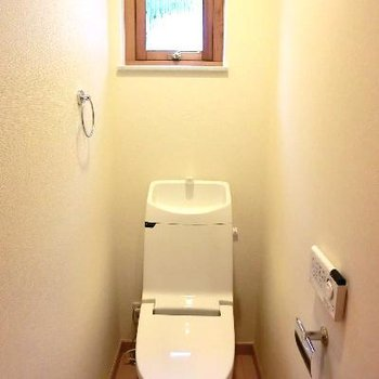 棚がありますが、天井が高いので、踏み台必要です。