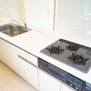 キッチンは3口ガスにグリルつきでゆったりサイズ♪