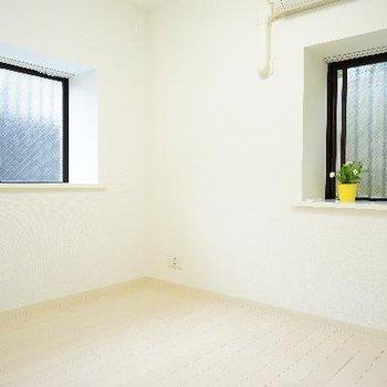 4.5帖のお部屋の1つは、2面採光で明るい空間♪