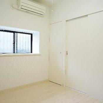 もう1つの4.5帖の居室も窓と・・