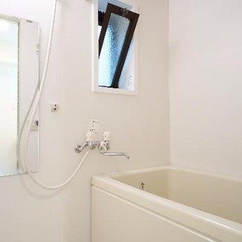 お風呂には追い抱きと乾燥機が付いて機能性ばっちり!窓もうれしいですね♪