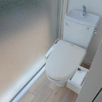 1階にトイレ。窓際にあるのね...※写真は同タイプの別部屋