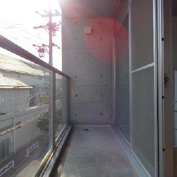 ベランダの柵もガラス張りです※写真は同タイプの別部屋
