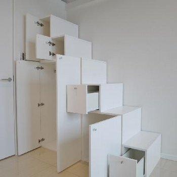 ロフトの階段はしっかり収納※画像は別部屋