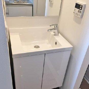 キッチンの横に洗面台※画像は別部屋