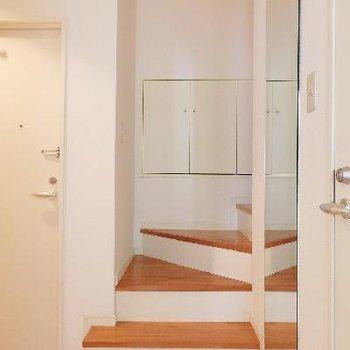 2階へは玄関横の階段で。
