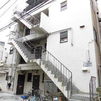 外階段を登って2階です