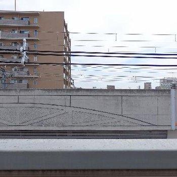 目の前を走るは阪急電車!