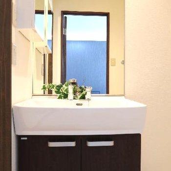 洗面台の鏡の大きさに驚きます。
