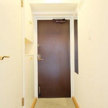 玄関には鏡がついているところもポイント!