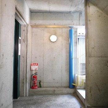 エレベーターホールもコンクリ♪