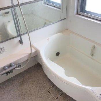 お風呂はゆったりサイズ。窓もついていますよ!