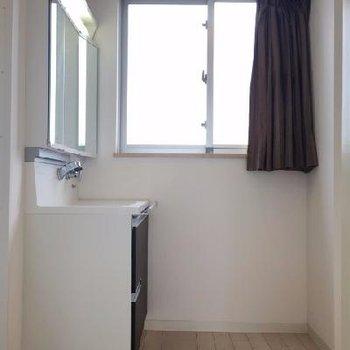 お風呂前の脱衣スペース。洗面台の向かいに洗濯機置場があります