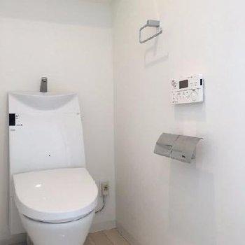 トイレはスマートなサイズ。個室です◎