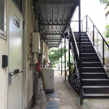 玄関横の共用スペースに洗濯機置場があります