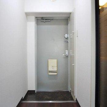 玄関もワンルームにしてはゆったり。