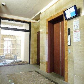 エレベーターホールにプチ日本庭園