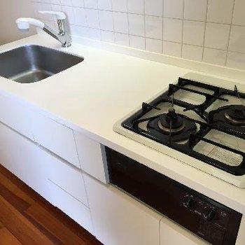 キッチンは2口ガスコンロでグリルもついてる!