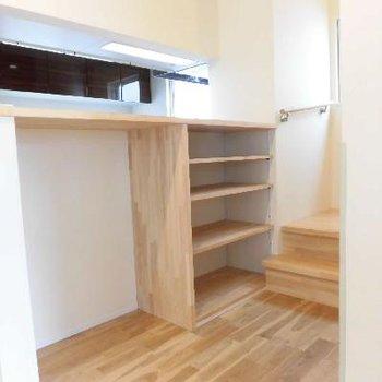 裏には無垢材でできた棚があります